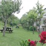 jardín con barbacoa y zona juegos infantiles en apartamentos turisticos rurales en cangas de onis